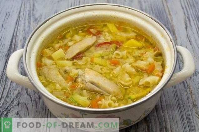 Soupe au poulet avec légumes et pâtes