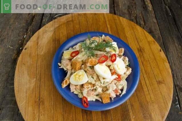 Sałatka z szynką, kapustą chińską i jajkami przepiórczymi