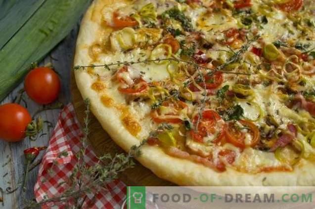 Pizza à la levure avec jambon et pancetta au four