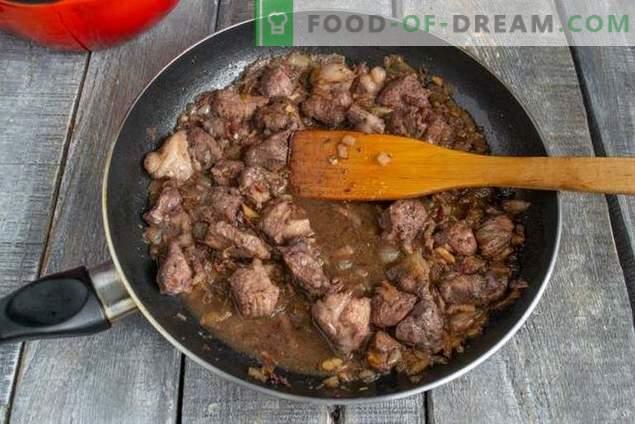 Pikantny gulasz z fasolą i czerwonym winem na niedzielny obiad.