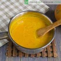 Zupa dyniowa ze śmietaną i krakersami