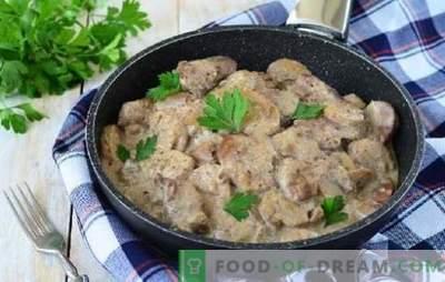 Il sapore del maiale con funghi in salsa di panna acida genera un appetito brutale. Carne di maiale con funghi in salsa di crema al forno, fornello lento, pentole