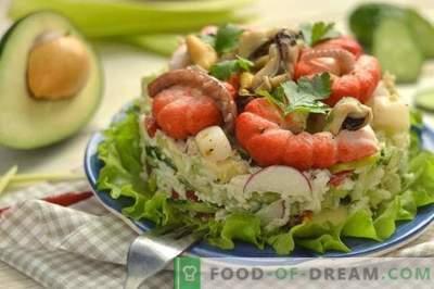 Sałatka z owoców morza z awokado, ogórkiem i jajkami