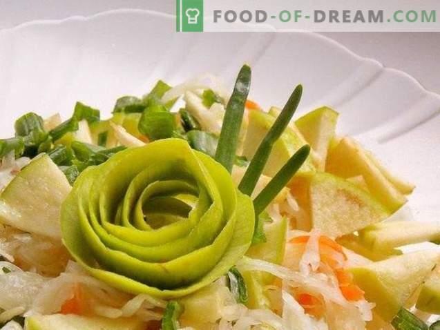 Salata iz kislega zelja z jabolčno in zeleno čebulo
