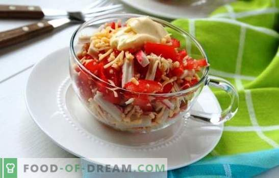 Sałatka z krabów z pomidorami i serem jest piękna! Sałatka z kraba z serem i pomidorami
