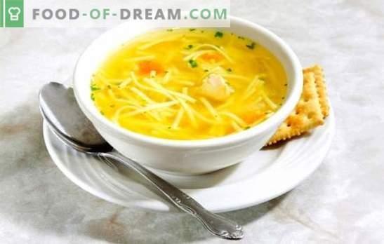 Rosół z makaronem z kurczaka - lekka zupa. Najlepsze przepisy na bulion z makaronem z kurczaka: podroby, jajko, ser, pomidory