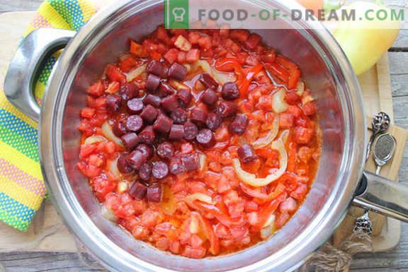 Gotowanie kurczaka po hiszpańsku: z pomidorami, winem i wędzonymi kiełbaskami