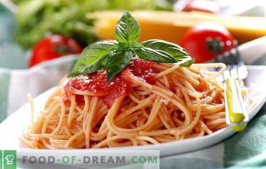 Spaghetti z pastą pomidorową: gotowanie jest łatwe. Przepisy na spaghetti z codziennym sosem pomidorowym: z warzywami, kurczakiem, wędzonkami