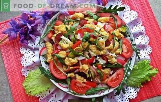 Świąteczne sałatki bez majonezu - nie skrzywdzą figury! Przepisy na sałatki mięsne, warzywne, grzybowe bez majonezu na świąteczny stół